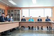 (사진3)읍·면·동장들과 함께 북극곰 마을 운영 현황에 대한 설명을 듣고 있는 조광한 남양주시장.JPG